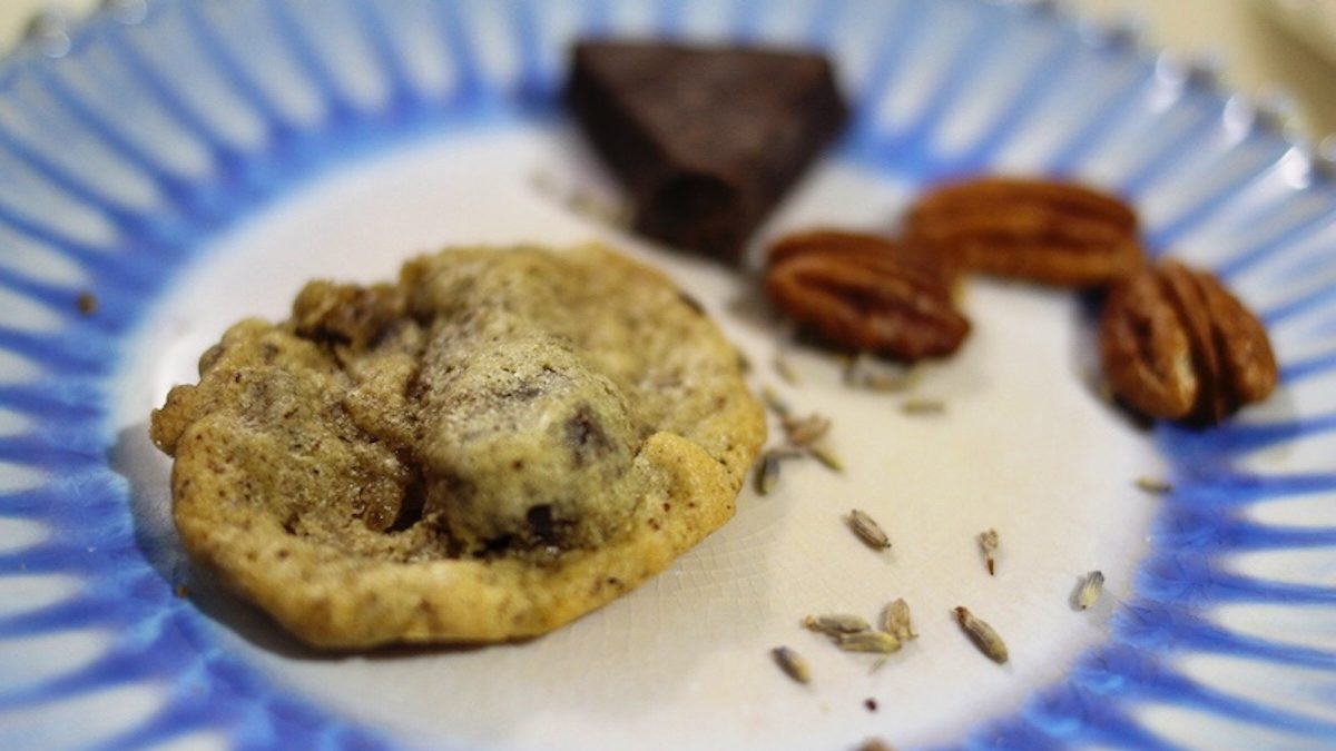 Galletas de lavanda con chocolate amargo y nueces