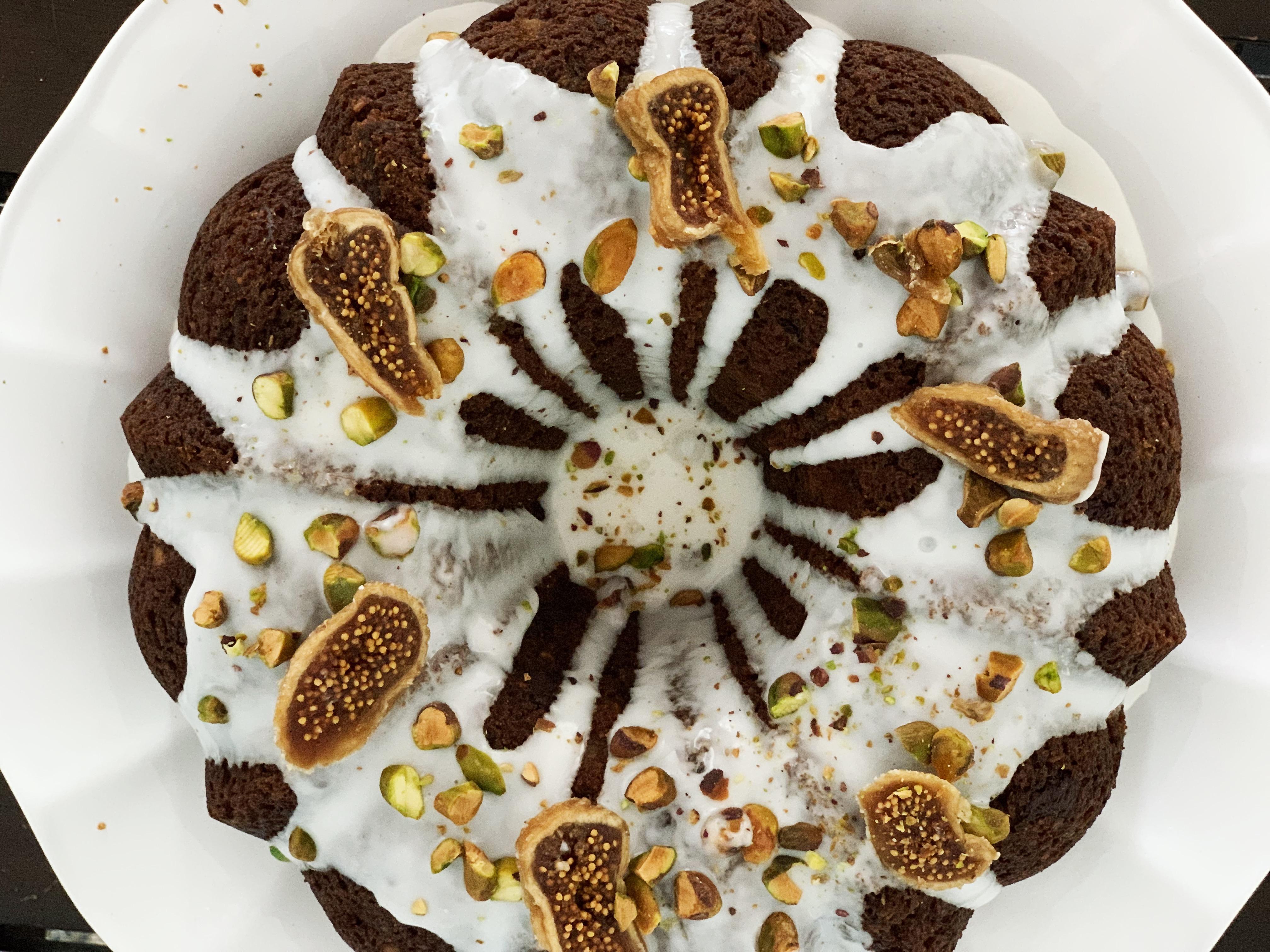 Pan de plátano con higo, pistacho y chocolate